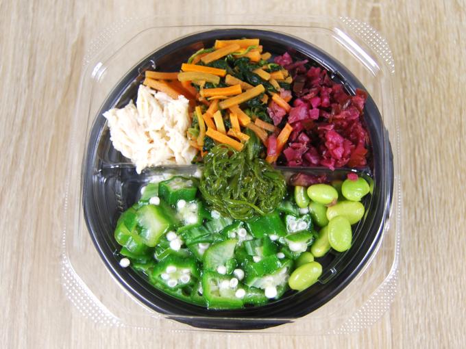 容器の蓋を外した「1食分の野菜 しば漬とオクラのネバネバごはん(もち麦入り)」の画像