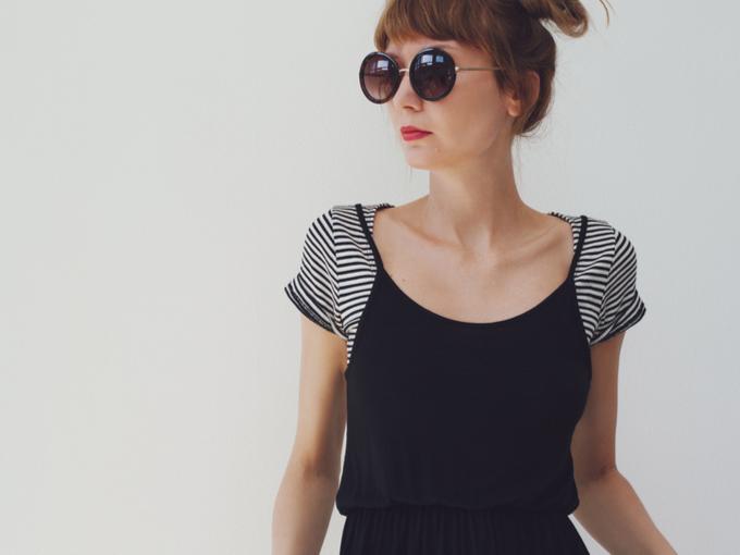 首元がゆったりとしたTシャツを着る女性