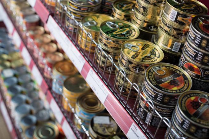 スーパーの缶詰売り場
