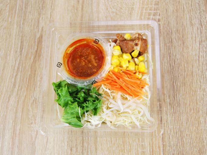 容器のフタを外した「花椒香る! 焼豚のラーメンサラダ」の画像