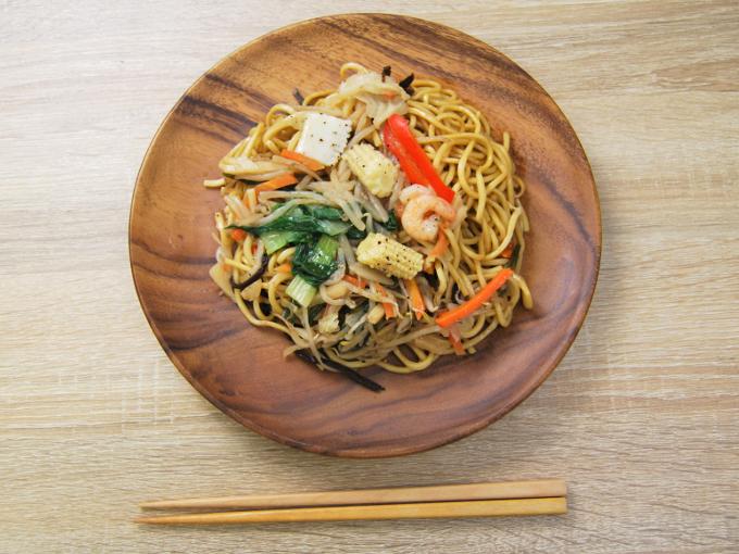 お皿に移した「彩り野菜の上海焼そばあっさり醤油味」の画像