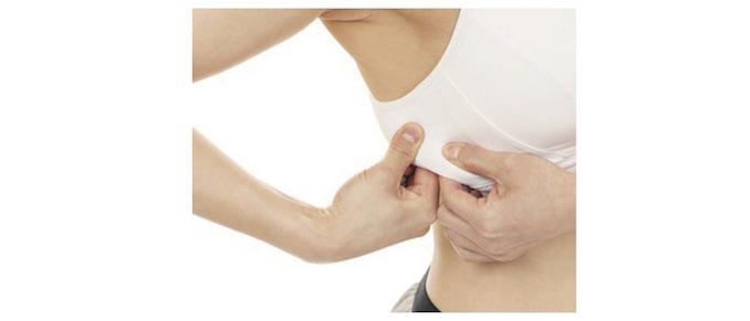 脇下の脂肪を引っ張っているNG画像