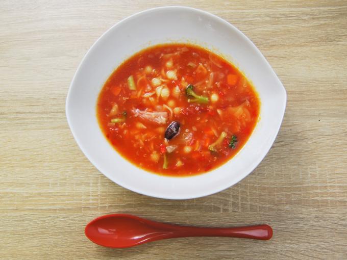 お皿に移した「イタリア産トマトのミネストローネ」の画像