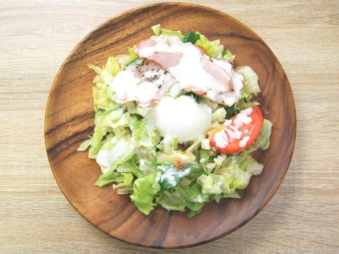 お皿に移した「半熟たまごとベーコンのボウルサラダ」の画像