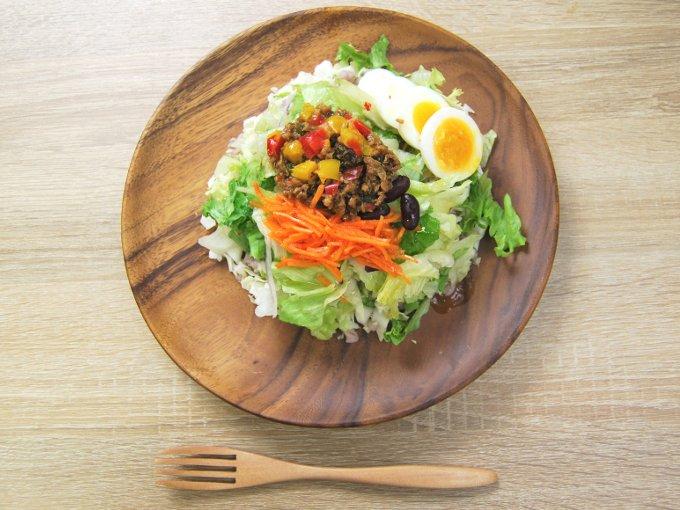 お皿に移した「雑穀入り ガパオ風サラダ」の画像