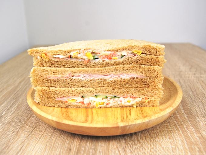 2種類入っているサンドイッチのうち、まずはコールスローのサンドイッチを実食してみます。一口目で驚いたのは、具材のシャキッとした歯ごたえ。群馬県の嬬恋高原でつくられているキャベツをはじめとして、すべての野菜が鮮度バツグンです。またソースにはクリーミーな玉ねぎが使われており、野菜本来の甘みを存分に引き出しているよう。いくら食べても飽きることがなく、気がつくとひと切れをペロッと食べきってしまいました。