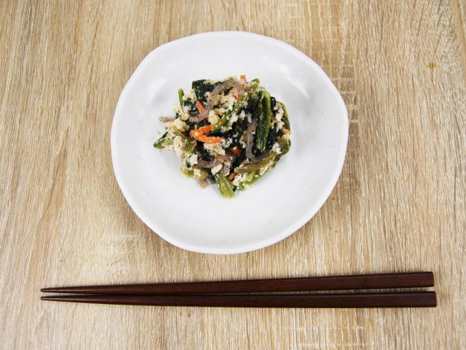 お皿に移した「小松菜の白和え」の画像