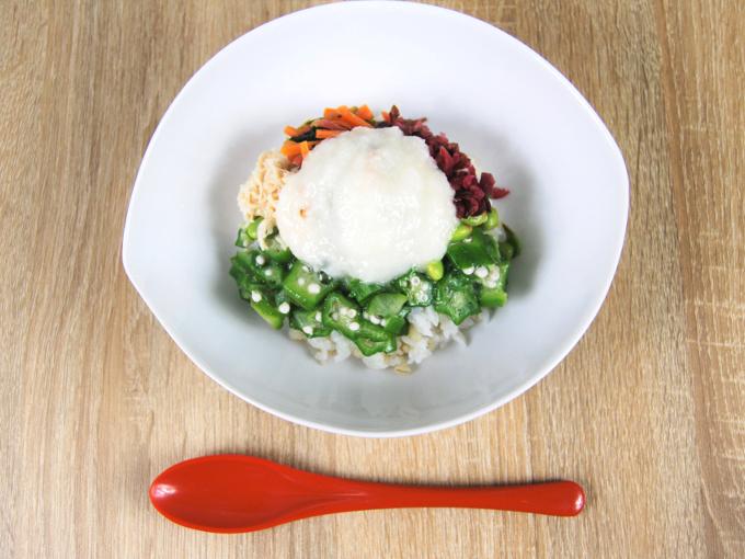 お皿に移した「1食分の野菜 しば漬とオクラのネバネバごはん(もち麦入り)」の画像