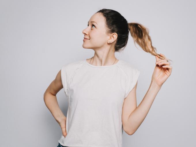 Tシャツを着て横を見る女性