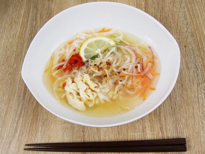 お皿全体と箸を写した「5種野菜と蒸し鶏のフォースープ」の引きの画像