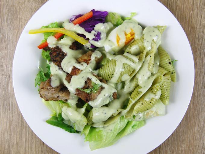 お皿に移した「ハーブチキンのサラダ クリーミーバジルソース付」の画像