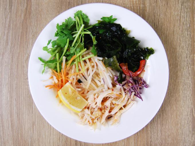お皿に移した「蒸し鶏とパクチーのサラダ」の画像