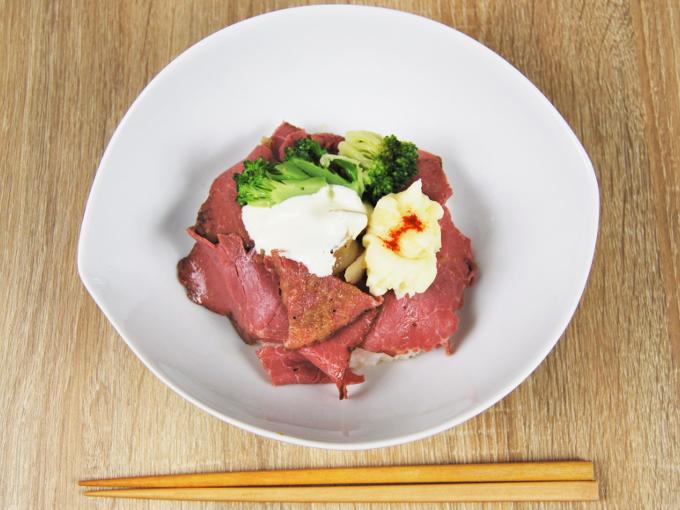 お皿に移した「ローストビーフ丼」の画像