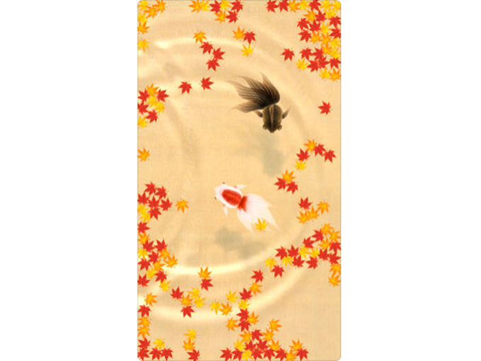 紅葉の形をした餌の中を金魚が泳いでいる画像