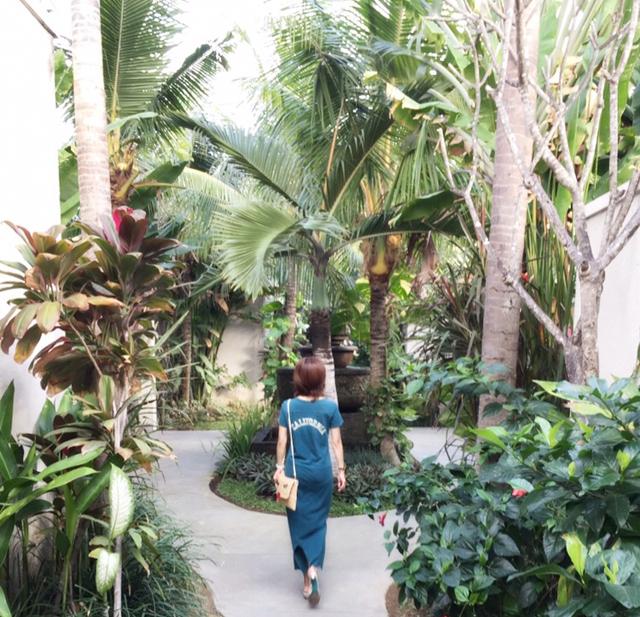 ヴィラの中庭を歩く筆者