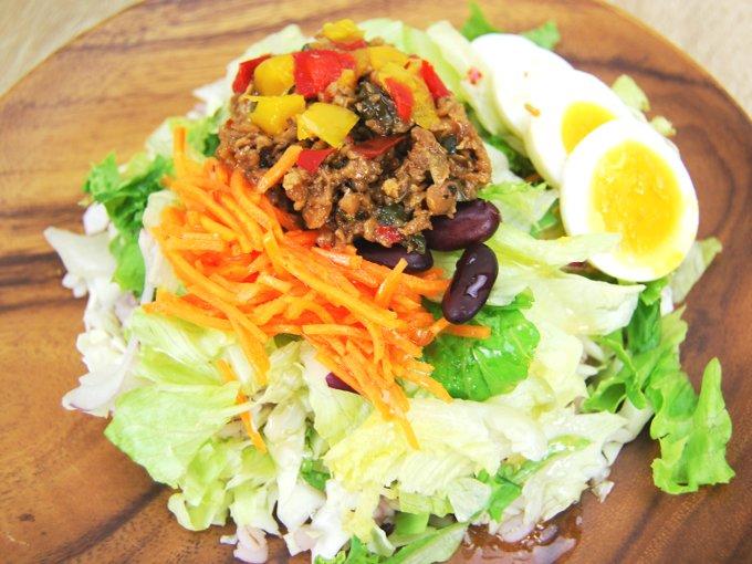 お皿に移した「雑穀入り ガパオ風サラダ」のアップ画像
