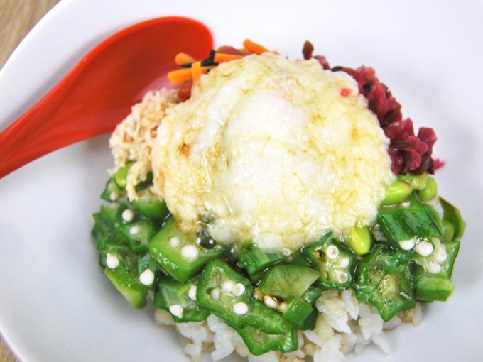 お皿に移した「1食分の野菜 しば漬とオクラのネバネバごはん(もち麦入り)」のアップ画像
