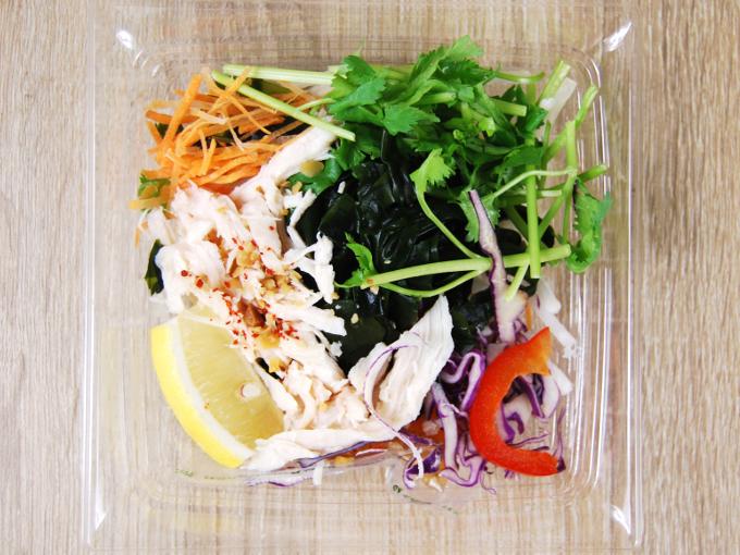 容器の蓋を外した「蒸し鶏とパクチーのサラダ」の画像