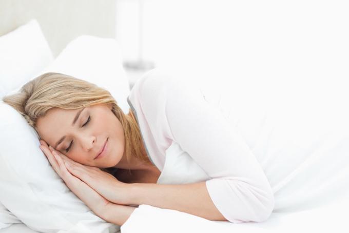 ふとんをかけて眠る女性