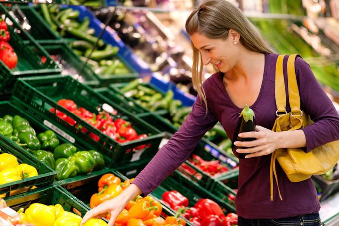 野菜を買う女性