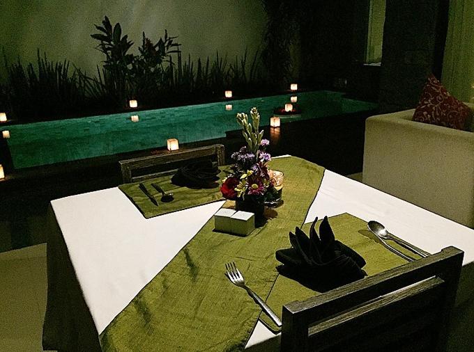『ロイヤルサマジャヴィラズ』のルームサービスのテーブルセッティング