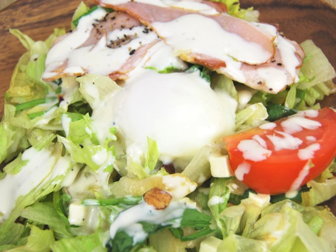 お皿に移した「半熟たまごとベーコンのボウルサラダ」のアップ画像