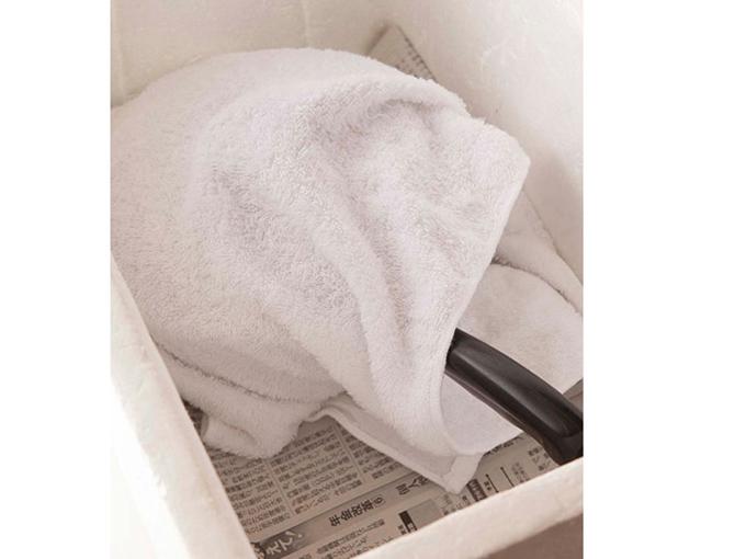 タオルで鍋を包む
