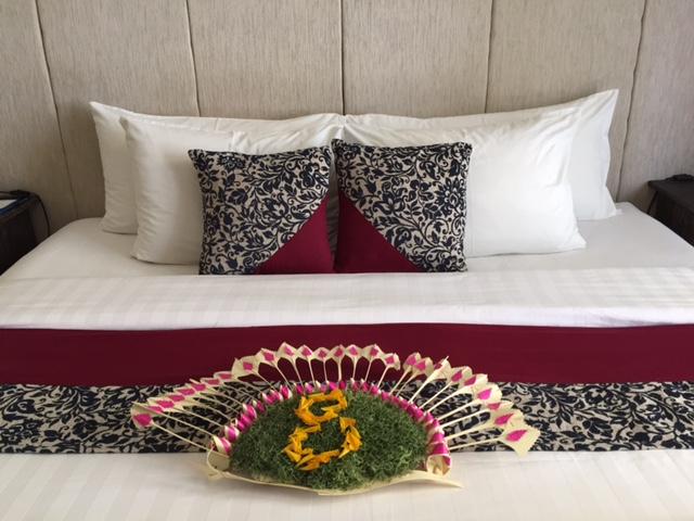バリ島ならではの飾り付けがされたベッドルーム