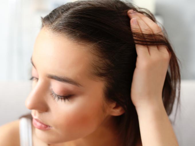 頭皮をさわる女性