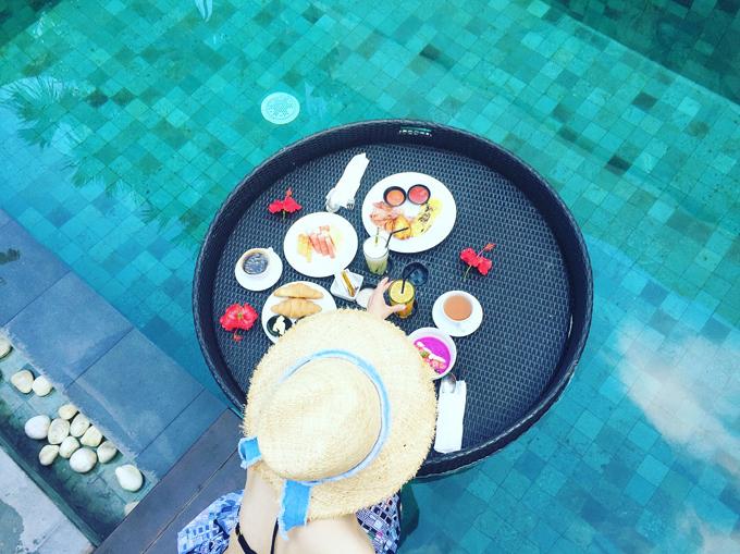 『ロイヤルサマジャヴィラズ』のプールでの朝食