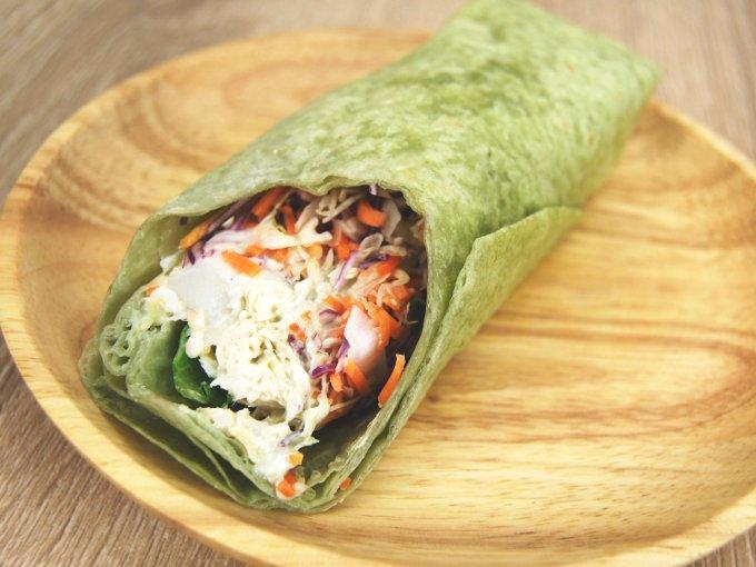 お皿に移した「ラップスティック サラダチキンバジル風味」のアップ画像