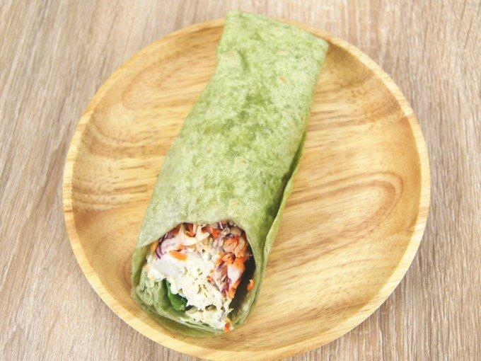 お皿に移した「ラップスティック サラダチキンバジル風味」の画像