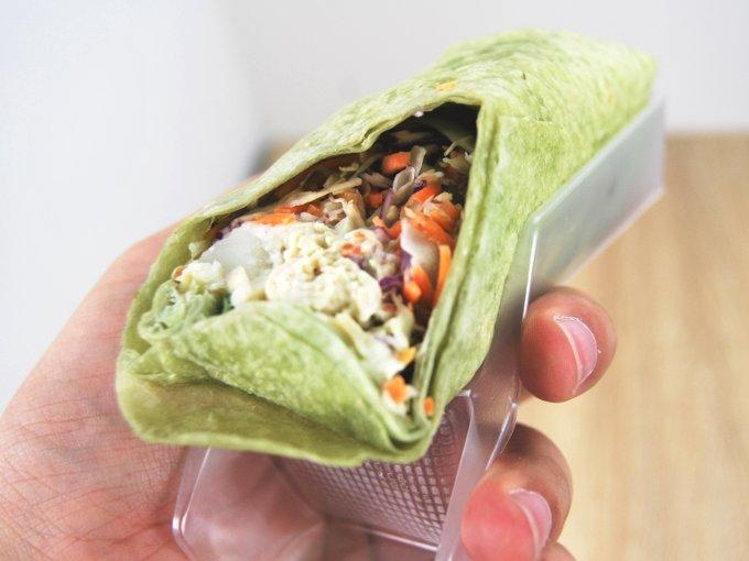 「ラップスティック サラダチキンバジル風味」を手に持った画像