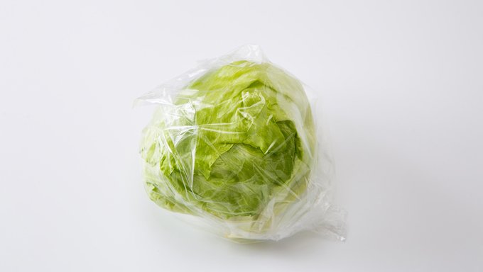 これをポリ袋に入れ、しっかりと結び、芯の部分を下にして、冷蔵庫の野菜室で保存します。