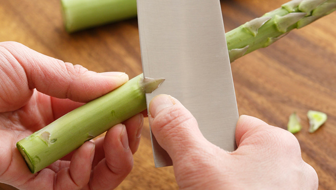 「はかま」は、食感が気になる場合は取り除きましょう。包丁の刃を三角形の先の部分に引っかけ、はがすようにするときれいに取れます。