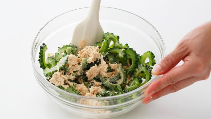 おひたしやあえものは最初に下茹でするものが多いですが、「塩もみ」だけで食べられる野菜もあります。ナスを塩もみし、みょうがやおろしショウガとあえて、さわやかな香味あえに。ゴーヤは塩もみすると苦みが和らぐので、ツナマヨと組み合わせれば、子どももおいしく食べられるおかずになります。