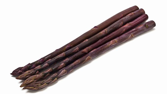 紫アスパラガス 表皮にポリフェノールの一種である「アントシアニン」を含む紫色の品種で、茹でると緑色になります。やや甘みが強く、柔らかな食感が特徴です。