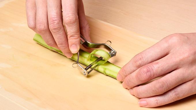 ②リボン状 やわらかくシャキシャキした食感になるので、皮が固いものは、この切り方を試してみましょう。アスパラガスをまな板に並行になるように置き、ピーラーで一気に引きます。 向いている料理:サラダ・マリネ・スープ