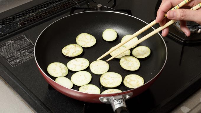 炒めものや揚げものなど、なすを油で加熱調理する場合は、水にさらす必要はありません。切り口に塩を適量振っておけば、あくを含んだ水が出てきます。