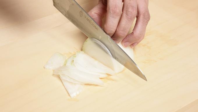 タマネギは薄切りにします。