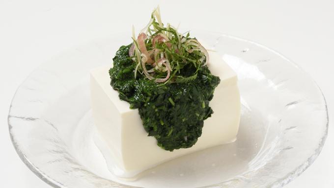 基本の薬味野菜ミックスに、のどごしが良い野菜を加えて食感を生かしたレシピと、調味料と油を加えて風味をアレンジしたレシピをご紹介します。 ●モロヘイヤをプラスした「のど越しツルっと冷奴」