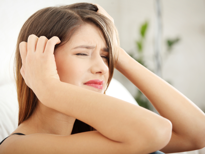 頭痛を感じている女性
