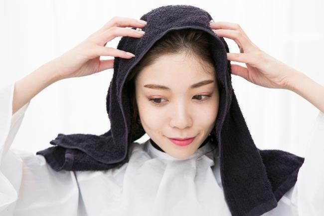 タオルを被っている女性