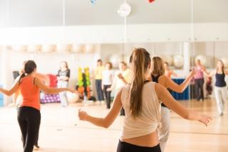 スタジオでダンスをしている女性たち