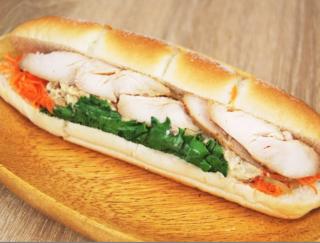 シャキシャキした根菜ともっちりパンがベストマッチ!マスタードが病みつきの「直火焼ローストチキン」がセブンから新発売