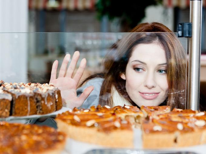 お菓子を見る女性