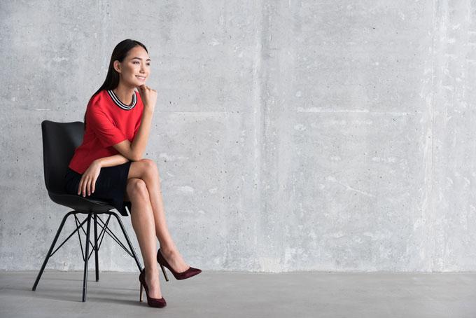 女性が椅子に座っている画像