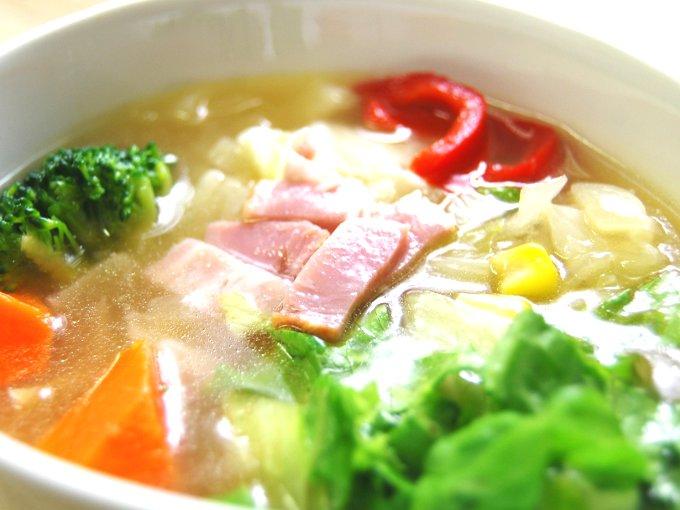 お皿に移した「1/2日分の野菜が摂れるコンソメスープ」のアップ画像