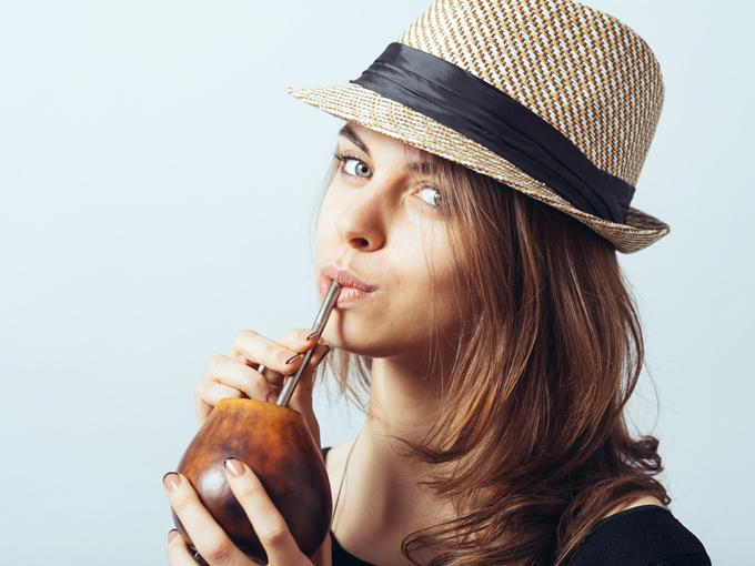 マテ茶を飲む女性