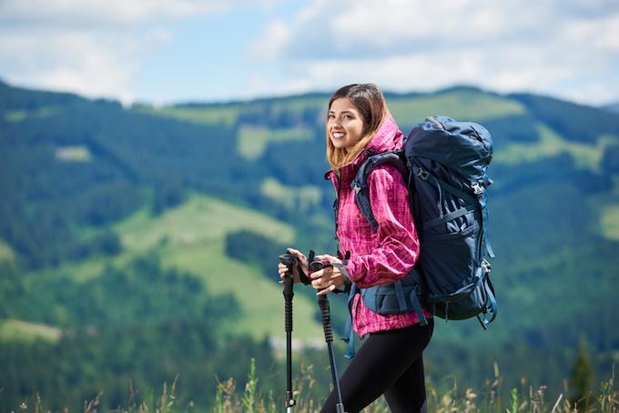 登山を楽しむ女性の画像